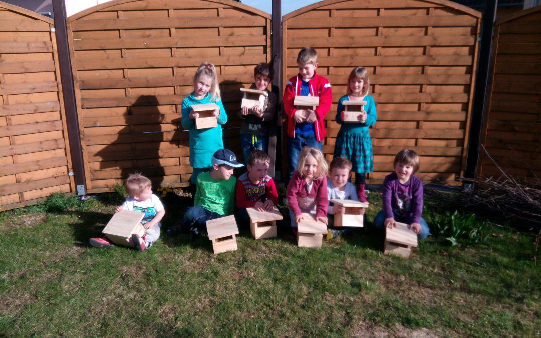 Kinder bauen Nisthöhlen